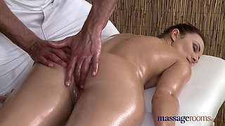 Massage Rooms Sexy client enjoys stud's big hard cock