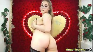 Big boobed girl pleasuring her pussy on webcam
