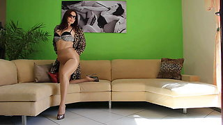 Cougar Fetishlady posing in Leo High Heels & Pantyhose