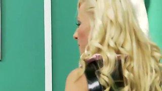 Lateksowa blondi na kutasie
