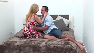 Big Breasted Housewife Doing Her Lover - MatureNL