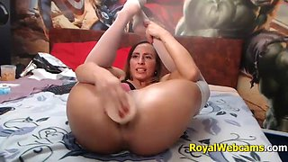 Latin girl with amazing butt inserts a dildo into her ass