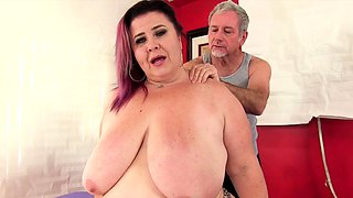 Mature BBW comes to a masseur She gets naked and lets him