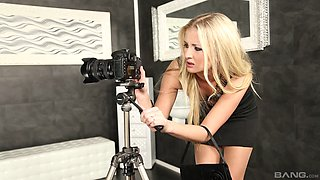 Awesome Cayla Lyons likes to play with a toy in the glory hole