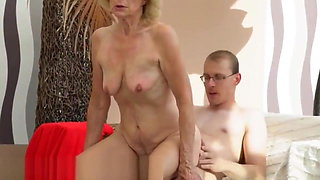 Saggytits lady bounces on hard cock