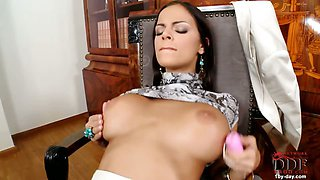 Brunette babe toying her clit