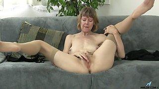 British mom rubbing her clit