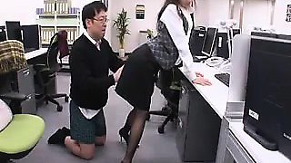 Pantyhosed Oriental secretary gets her snatch eaten out and