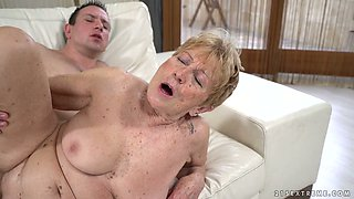Extremely wrinkled old whore Malya gets her hungry mature cunt fucked