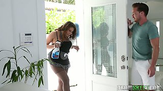 Fucking hot houskeeper Ivy Rose seduces her boss and sucks his pole