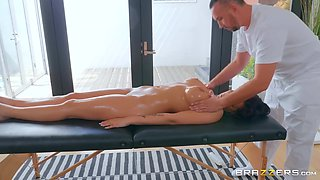 After relaxing massage Jolee Love got her cunt fucked by a therapist