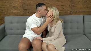 Young student fucks sex-appeal cougar Szuzanne and cums on her pussy