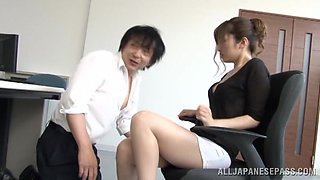 Beautiful Japanese babe gets her pussy eaten out